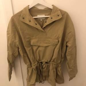 Säljer en jacka/tröja (använt den för båda) från NaKd. Den är grön med detaljer. Strl 38 men är dels justerbar i midjan. Säljer för 100kr+frakt. Budgivning i kommentarsfältet eller skriv till mig privat.💚