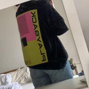 Skitcool oversized tröja med tryck på ryggen ifrån collusion🤩Använd fåtal gånger och är i superbra skick! Säljer då den inte kommer till användning längre