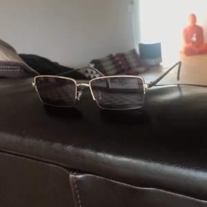 Helt oanvända jätte snygga retro solglasögon från Urban outfitters✌🏻