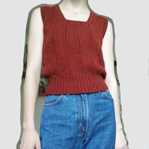 stickad vest med fyrkantig halsringning gjord av ull. uppskattas till storlek s.