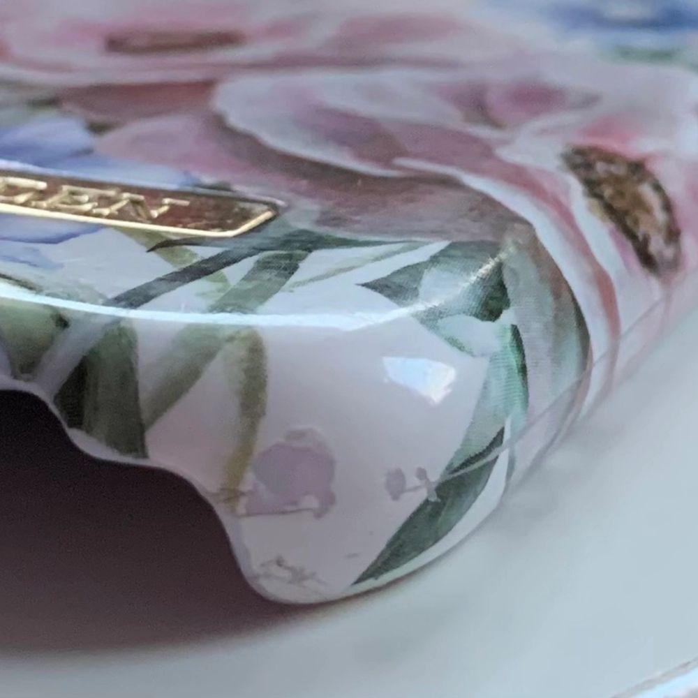 Ett ideal of sweden skal med blommor på. Det är i väldigt bra skick men på nedre delen på skalet är det lite repigt och har tappat färg. Men är väldigt litet och man tänker inte på det. Skalet är ungefär 2 år gammalt.. Övrigt.