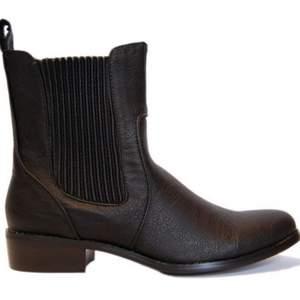 Chelsea boots i svart skinn.