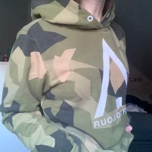 Säljer min hoodie ifrån ColourWear som är i superfint skick. Jag har storlek Xs/S och den här som är i S sitter lite oversized på mig- går till mitten av låren typ. Nypris var 850kr och säljer för 175 nu. Köparen står för frakt!