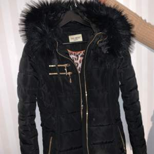Roco baroco vinterjacka med svart fake päls orginalpris 1600kr