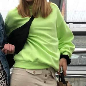 Cool neongrön tröja från Bershka. Den har en polokrage och är lite kort i armarna för mig som är 178cm. Den är xs men oversize. Köparen står för frakten❣️