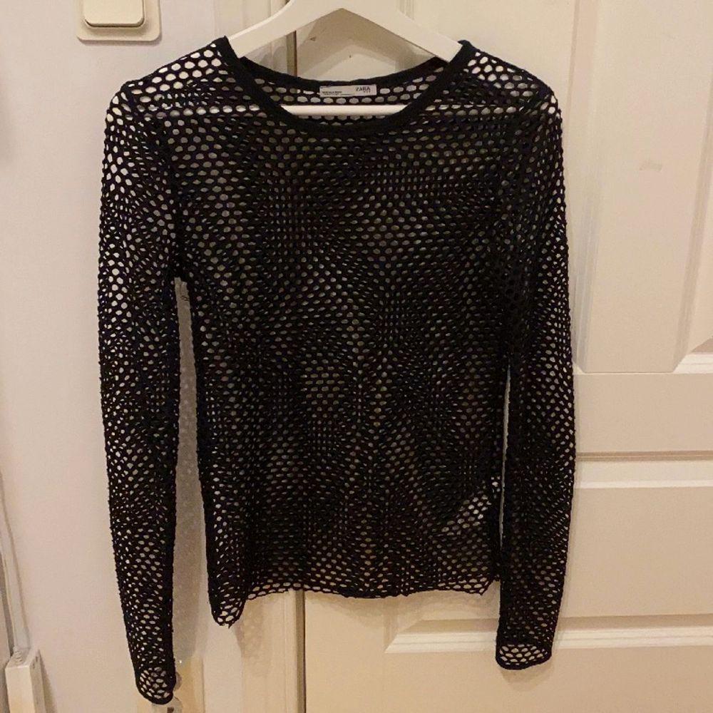 En cool hålig tröja från zara. Väldigt snygg att ha med en T-shirt över (se bild). Väldigt bra skick, jag köpte den för 350kr. Köparen står för frakt❤️💖. Toppar.