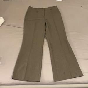 Kostymbyxor i storlek 36, de är ca 1 decimeter för korta för mig som är 172 cm lång. De små fläckar som finns syns på bilderna, annars i bra skick. Frakt betalar köpare. 💕