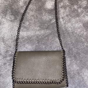 En militärgrön Väska från Ullared med långkedj. Med två inne fack (vet inte hur mycket frakten kostar)