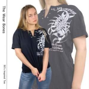 Cool oversized t-shirt som ger en 90's vibe. Tunt, lätt material med diskret randig textur. I fint skick! Har en liten diskret vit fläck i mitten. Från Redway, storlek XL. Modellen använder storlek S/M och är 169cm. Kolla gärna måtten nedanför. Axeln till axeln 51cm, längd 66cm och byst bredd 57cm. Ingen retur eller refund. Spårbar frakt på 66kr är inräknad i priset och SafePay tar 10% av betalningen. Tyvärr kostar det lite extra då jag alltid kommer skicka spårbart och använda SafePay för bådas säkerhet.