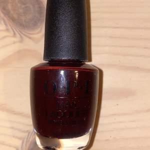 Ett nagellack från OPI i mörkrött.