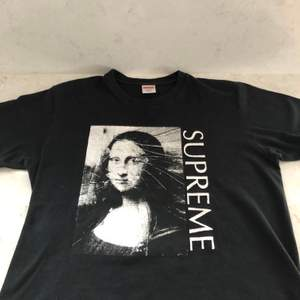 Tja säljer min svarta Mona Lisa tee som jag har använt två gånger och den har tvättats en gång. Ny pris på StockX är 2100kr så ger ut ett bra pris till er eftersom jag vill mest få den sålt🤩😀 Skickar också spårbart📦
