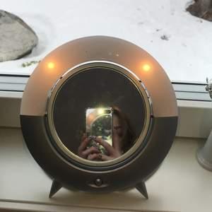 Grå sminkspegel med två lampor. Väldigt fin utom ett litet märke nere på spegeln. Spegeln har en sida som är mer förstorad (inzoomad eller vad man ska säga) och den andra sidan utan💕KÖPARE STÅR FÖR FRAKTEN💕