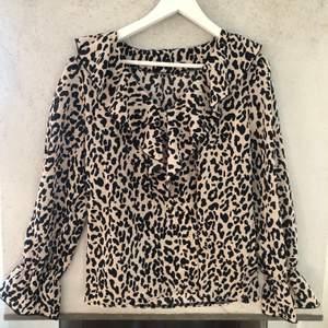 Jättefin leopardmönstrad tröja med krås runt kragen i stl S. Aldrig använd! Köpt från shein, säljer för 100kr. köparen står för frakt!