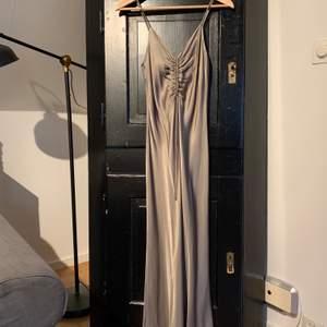 Klänning från Zara i silkets likande material. Storlek XS  Aldrig använd.