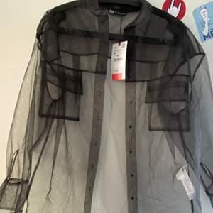 Jättefin skjorta till sommaren eller till fest som jag alldrig använt och den är helt ny med prislappen på. Köpt för 199kr på rea och säljer för 60kr😊💕men buda gjärna