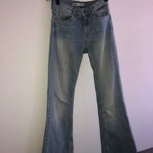 Ljusblå bootcut jeans från Zara. Storlek 32. Köpare står för frakten