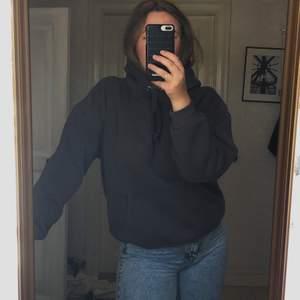Mörkbrun/grå oversized hoodie från BIK BOK😜 Använt den väl men är ändå i mkt bra skick, skulle jag säga. Säljer pga stor garderobsrensning🙏🏻 Tycker om den mkt men tror att någon annan kan få större användning av den. Kontakta mig vid intresse eller lägg ett bud🖤 Högsta bud är nu uppe i 165kr + frakt🤎