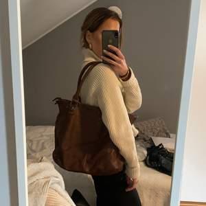 Mörkbrun Marc Jacobs inspirerad väska, helt i nyskick! Perfekt storlek där man får plats med det mesta, flera innerfack och ett ytterfack, finns över hällor för ett långt band. Frakt ingår i priset!!❤️