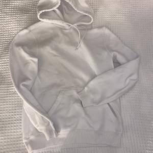 Super fin vit hoodie i bra skick men nopprig! Säljer då den inte kommer till någon användning