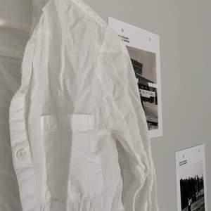 Så inne! Skjortor är så clean och passar till allt, säljs då den är lite liten. Kan skicka bild på den struken om man vill.  50+frakt och kan skicka postbevis!😇 Pris diskuterbart.