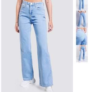 Säljer dessa jätte populära jeansen ifrån madlady! Det är endast använda ngn gång så är i bra skick🤍