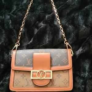 Lous vuitton väska ej äkta i skinn. kan bäras som axel/mag eller handväska. två olika band, en i guld och en i brun, varav den bruna är justerbar. aldrig använd. skriv för fler bilder❤