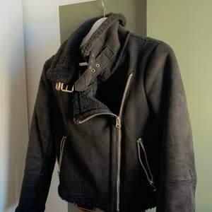 Snygg biker jacket från zara. Köpt för något år sedan, mycket fint skick!! Jacka med Mocka imitation!! Den är varm och perfekt för våren