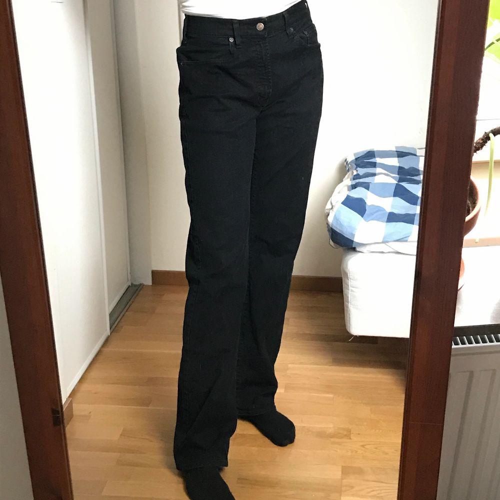 Helt vanliga svarta jeans. Långa på mig som är 177cm! Frakt 66kr. Jeans & Byxor.