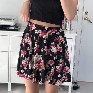 Svart kjol med blommigt mönster. Köpt i USA, väldigt bra skick och aldrig använd. Passar tight runt midjan, storlek S men passar även XS. Frakt förekommer beroende på hur många plagg man köper.