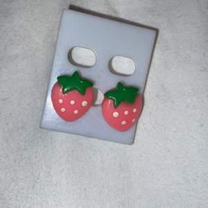Rosa jordgubbsörhängen! (aldrig använda)