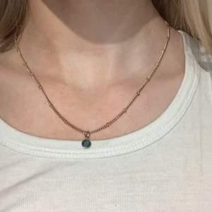 Fint halsband med en grön Sten💚💚 Köparen står frakten!!
