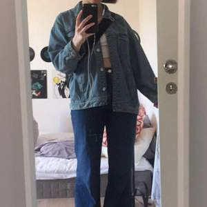 Säljer denna skitballa jeansjackan med lite vintage vibes!! Passar jättebra t kallare sommardagar, våren och hösten!! 🤪🤪