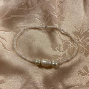 Handgjort armband med sötvattenspärlor🐚 Armbanden har en standardlängd på cirka 16cm! (Kan göras större eller mindre vid önskemål). Tråden är stretchig/gummi! Observera att sötvattenspärlorna varierar i form och i vissa fall även nyans! Frakt: 15kr
