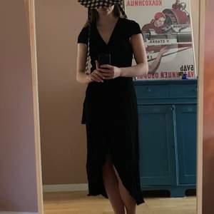 Jättefin svart omlottklänning från &otherstories. Lite längre där bak och går till mitten av vaden på mig som är 167 cm. Köpt här på plick men kommer tyvärr inte till användning. Bra skick! Kan mötas upp i Göteborg eller frakta mot betalning❤️