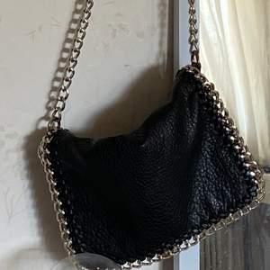 Säljer denna jättefina tiamo väskan då den inte kommer till användning längre eftersom jag har fler väskor, denna var helt klart en favorit innan då den är så fin och passar till de mesta, 100 kr + frakt