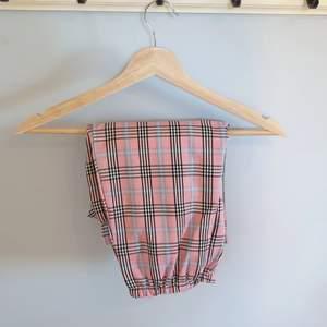 Nu säljer jag dessa rosa rutiga byxorna ifrån shein. Dom är aldrig använda förutom testade och är I väldigt bra skick. Byxorna är I storlek S som du även kan se i en utav bilderna. Du står för frakten!
