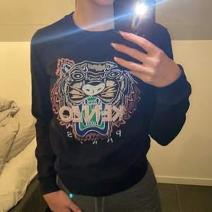 En äkta Svart kenzo tröja med färgad tiger i storlek S ,Hämtas i Norrköping eller fraktas, vid frakt står du för frakt summan. Postar med video bevis.  Garanterar en snabb och pålitlig affär🤍