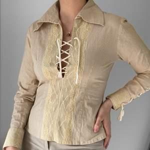 Superfin beige skjorta med snörning, från SaintTropez. Fläckfri, inga slitningar. Som ny 🦋 strl S