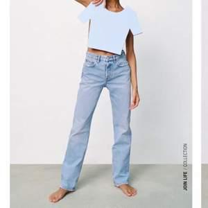 Säljer nu mina nästan helt nya zara jeans, långa och raka i modellen. Jättefin ljusblå färg perfekt nu till våren. Säljer dem pga av att dem är för stora för mig... storlek 40 men passar även dem som har storlek 38 🧡🧡🧡 jättefint skick, som nya 🙌🏼🙌🏼