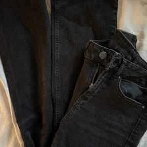 Ett par bootcut jeans feån Vera Moda!! Storlek W 25, L 30❣️ säljer då dom är för små!!