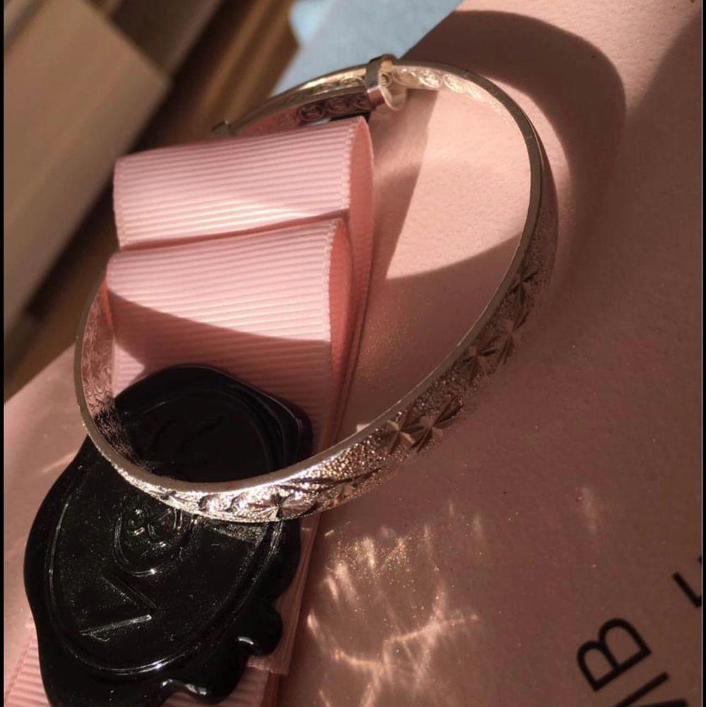 Oanvänd armband som kan sorteras i olika storlekar pris 75kr. Accessoarer.