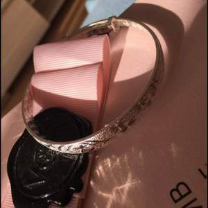 Oanvänd armband som kan sorteras i olika storlekar pris 75kr