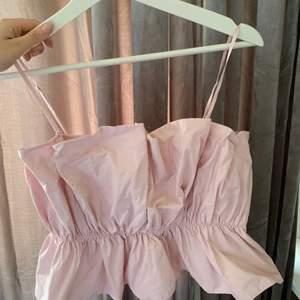 Säljer denna super fina rosa blusen från H&M. Man kan även göra den till en Off shoulder genom att ta bort banden. Storlek 36