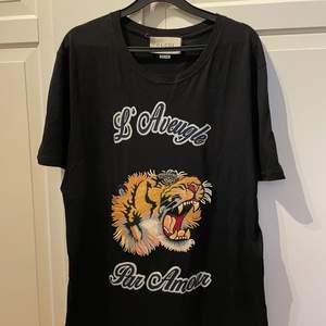 Herr T-shirt jag har dock använt den som klänning. Bra skick förutom att en tråd vid lappen sitter löst.