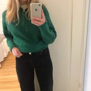 Superfin mörkgrön stickad tröja från H&M som inte sticks. Säljer pga att den inte kommer till användning. Den har bara använts en gång så den är i mycket fint skick. Storlek: XS men skulle mer säga att den sitter som en S. Pris: 100 kr + frakt Kontakta mig vid intresse💖