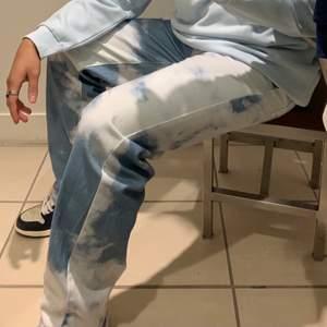 Jaded London cloud print skate jeans säljes. Storlek 30/30. OBS!! Andra bilden är lånad.