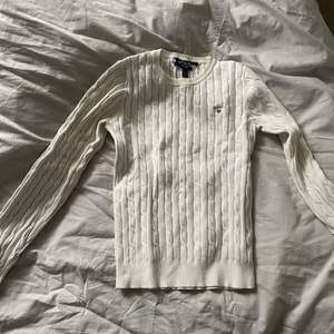 Vit kabelstickad tröja från gant storlek s men passar även xs. Använd men i fint skick. Köp för 1.300kr men säljer för 400kr, pris kan diskuteras vid snabb affär. 🎀