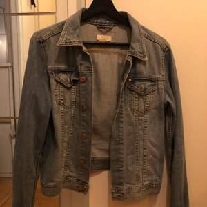 Säljer min jeansjacka i storlek S. I bra skick!