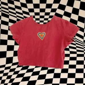 Suuuuupertrendig baby tee med hjärt motivet på bröstet. Jag har sytt om den själv och målat hjärtat med textilfärg, så det är inte tryckt.  Stretchig och supersöt!💕