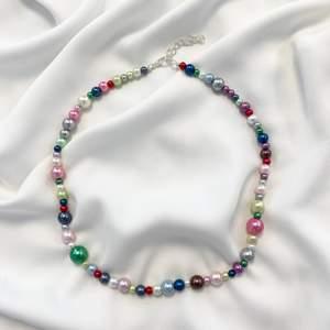 Superfint handgjort halsband med färgade glaspärlor! Måttet är 40+5cm! 💗
